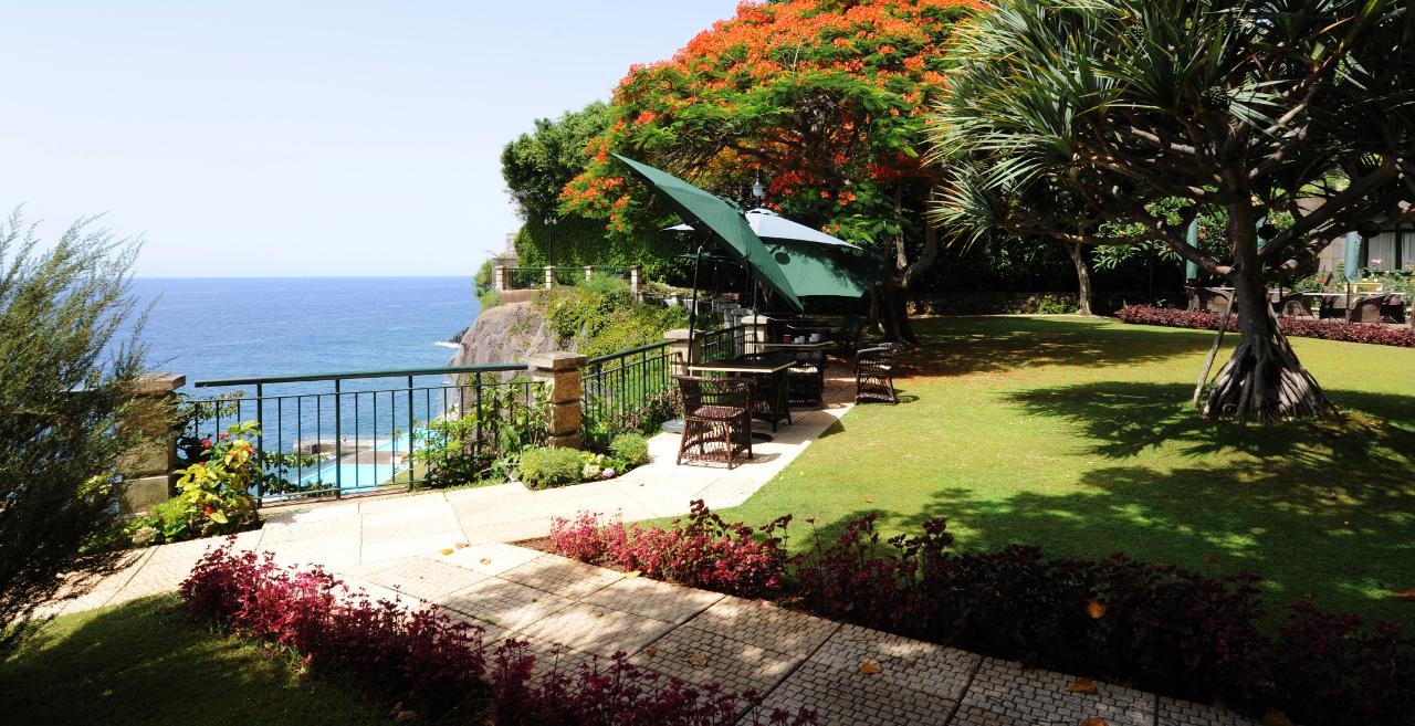 Una dintre terasele hotelului The Cliff Bay