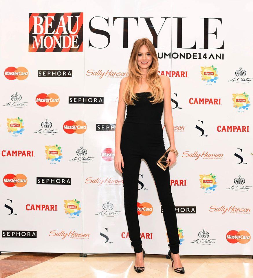 Modelul Veronica Pascu, intr-o salopeta neagra, simpla, perfect accesorizata.